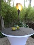 Mesas decoradas y lampara de hierro en forma de hoja