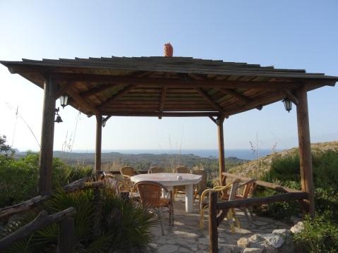 Una zona del restaurante con vistas al mar