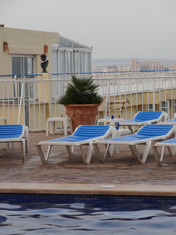 Fiesta tuitera en la piscina del hotel horizonte viajes for Follando en la piscina del hotel