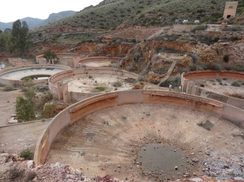 Depósitos donde se removía la tierra para separarla de las pepitas de horo