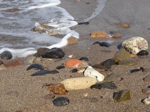 Detalle del color de las piedras de la orilla