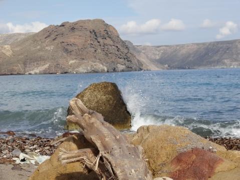 Grandes rocas junto a la orilla