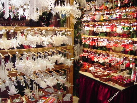 Adornos navideños en el mercado