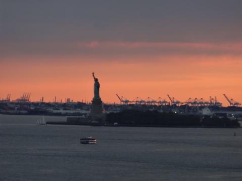 Vista de Estatua de la Libertad desde el Puente de Brooklyn