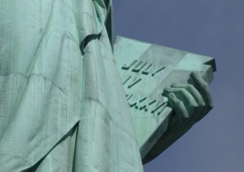 Detalle de la Estatua de la Liberda con la Declaración de Independencia