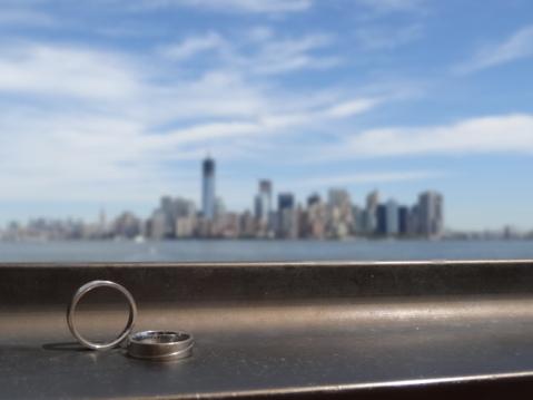 Nuestras alianzas de boda con el skyline de fondo