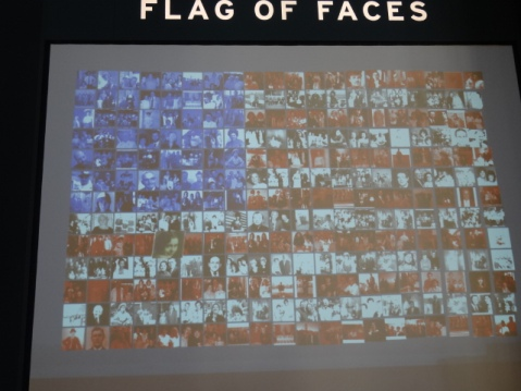 Bandera con imágenes de los inmigrantes que pasaron por Ellis Island