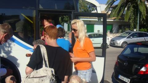 Turistas subiendo al autobús